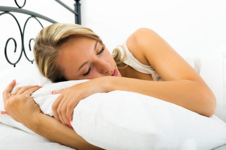 kobieta śpi na poduszce